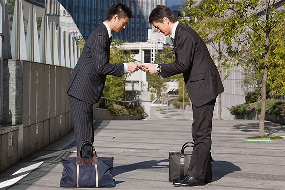 japan-businessmen-bow-1.jpg